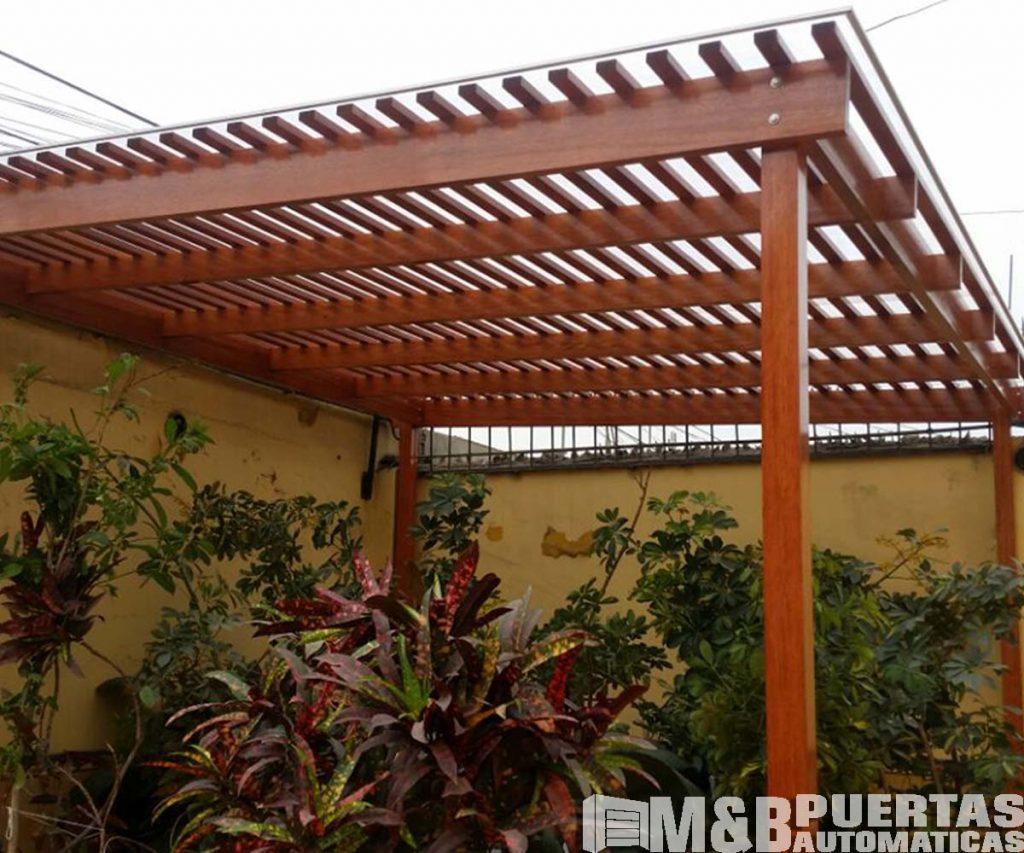 Techos de madera sol y sombra m b puertas autom ticas for Patios con techos de madera