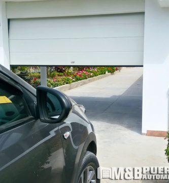 puerta seccional blanca texturado