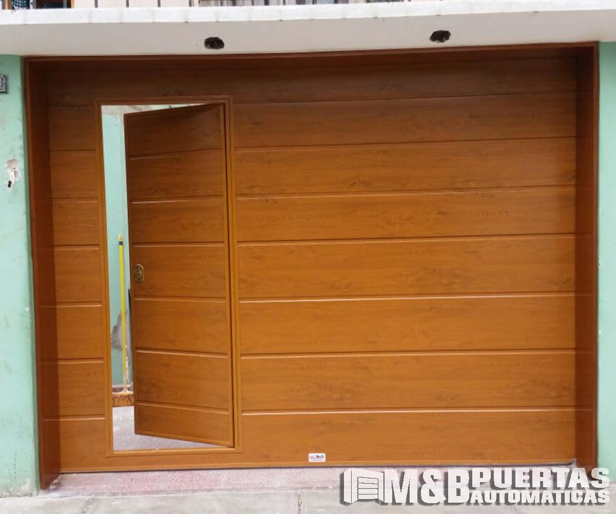 Puertas de garaje con puerta de postigo m b puertas for Puerta corrediza de madera