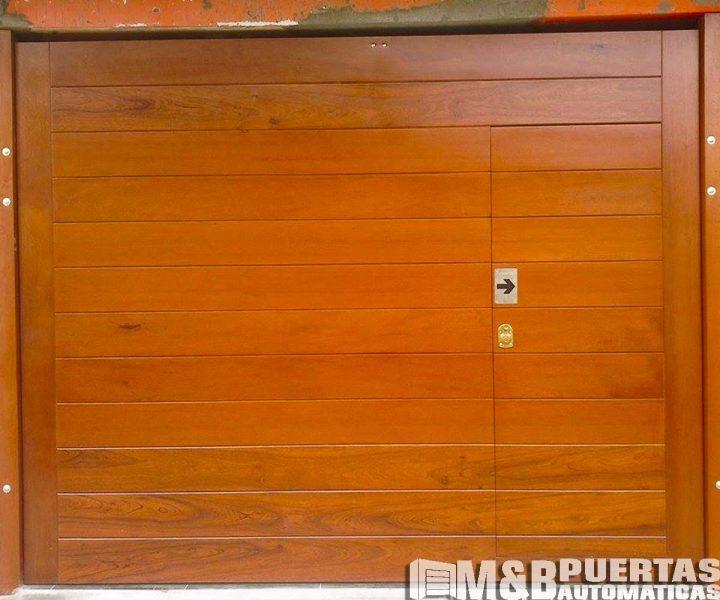 puerta de postigo en puerta levadiza