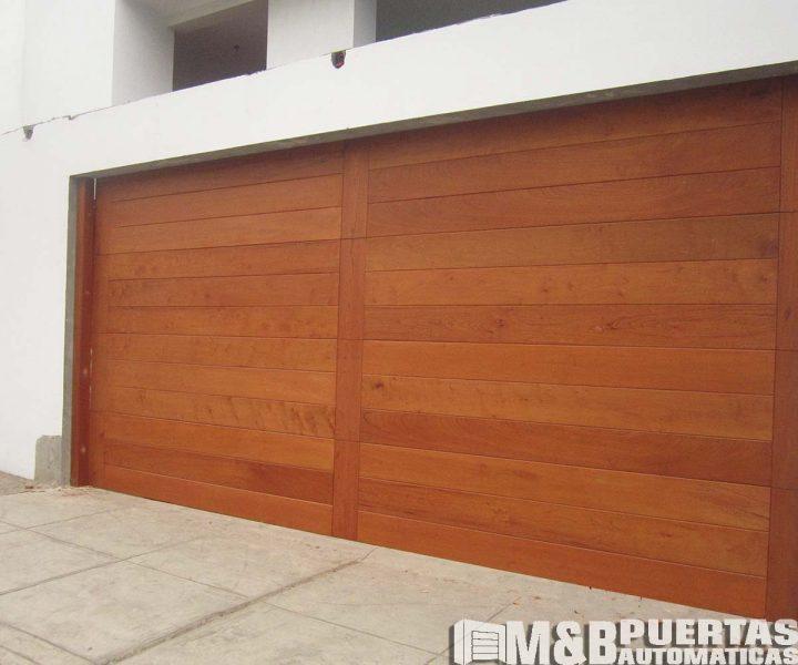 puerta seccional madera natural
