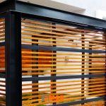 puerta-seccional-tipo-reja-en-madera-y-acero