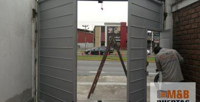 puerta batiente plancha acanalada